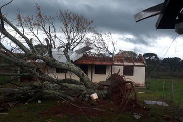 Residência localizada no interior de Vacaria sofreu transtornos por causa do vendaval