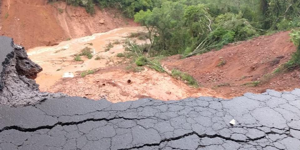 Volume de chuva comprometeu estrutura da via no km 24 nesta terça-feira