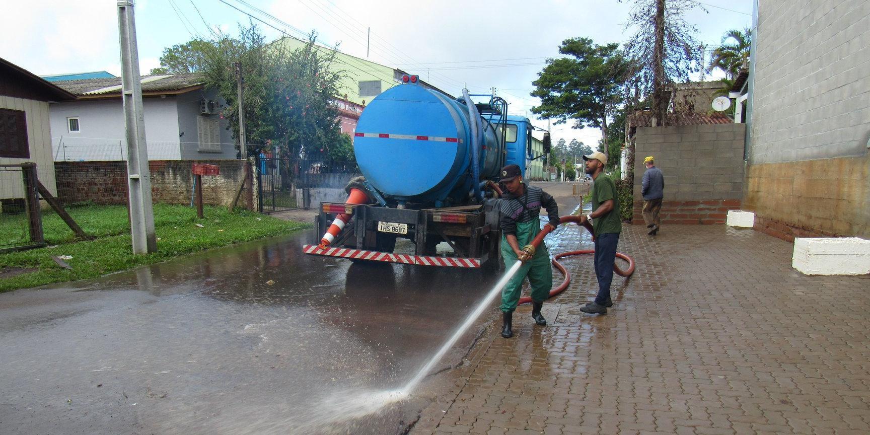 Secretaria Municipal de Obras iniciou o trabalho de limpeza, lavagem e recolhimento de lixo no município