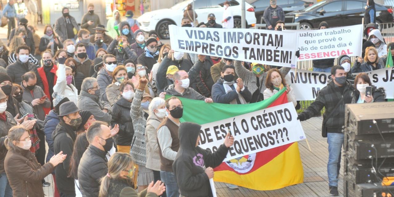 Protesto em frente à prefeitura pediu reabertura do comércio em Porto Alegre