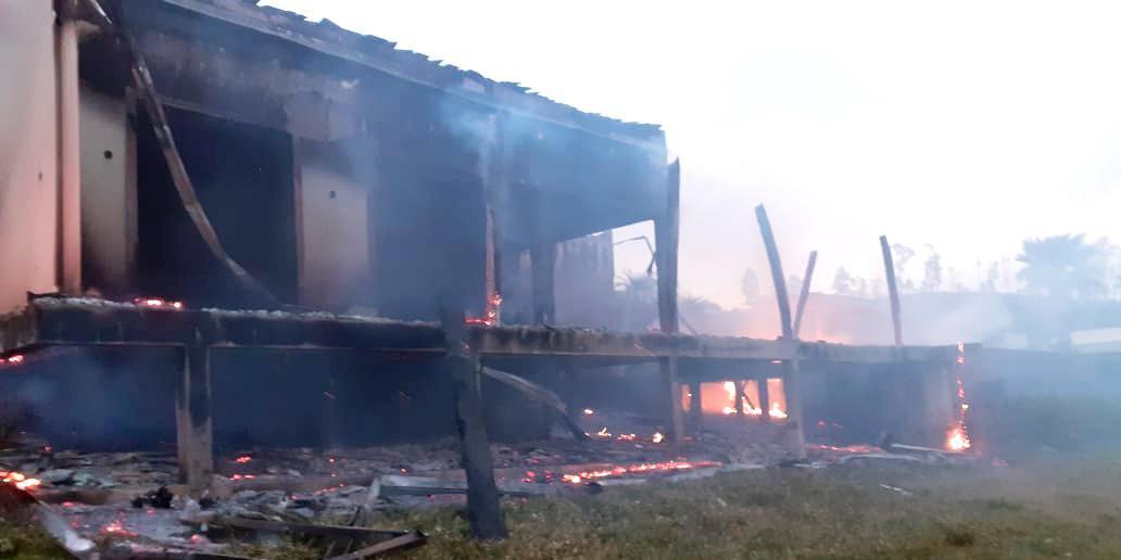 Não é descartada a possibilidade de ato criminoso contra a residência, situada na localidade de Tucanos