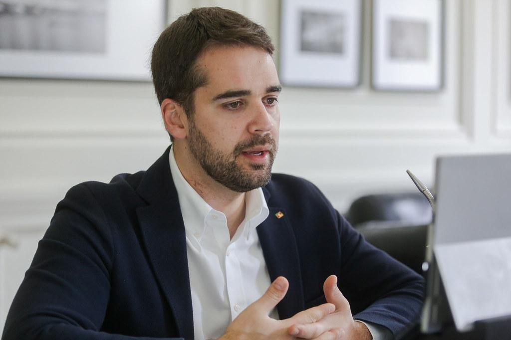 Eduardo Leite confirmou que oito regiões ficarão com a bandeira vermelha até próxima segunda-feira