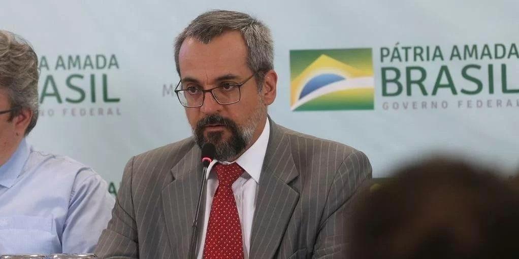 Ex-ministro deixou o país em situação polêmica