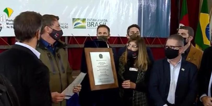 Presidente participou de uma solenidade para descerrar uma placa alusiva à primeira instituição de ensino cívico-militar do Estado