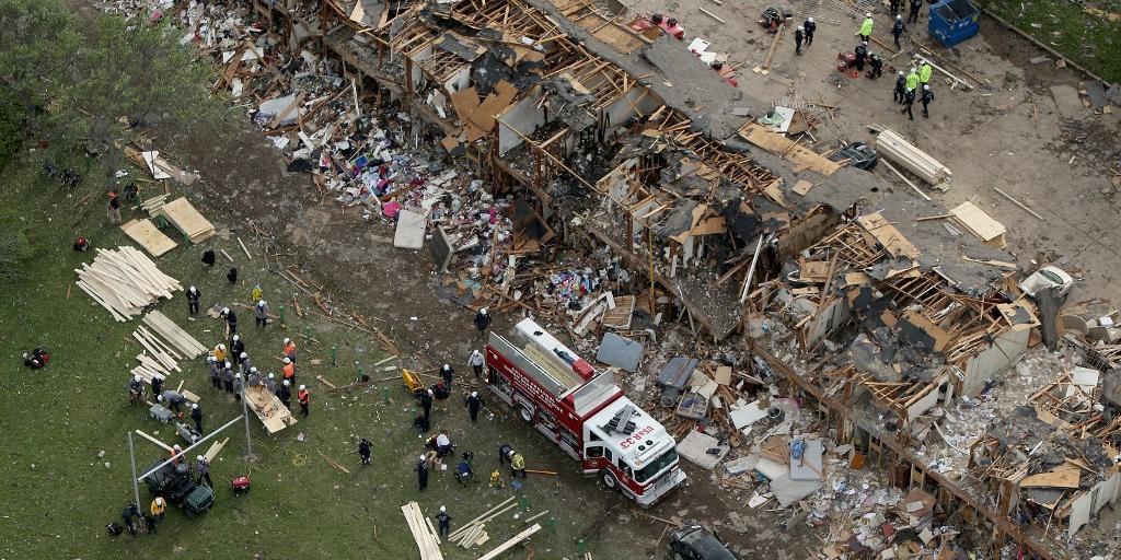 Socorristas da Cruz Vermelha e bombeiros passaram a noite em busca de sobreviventes e cadáveres