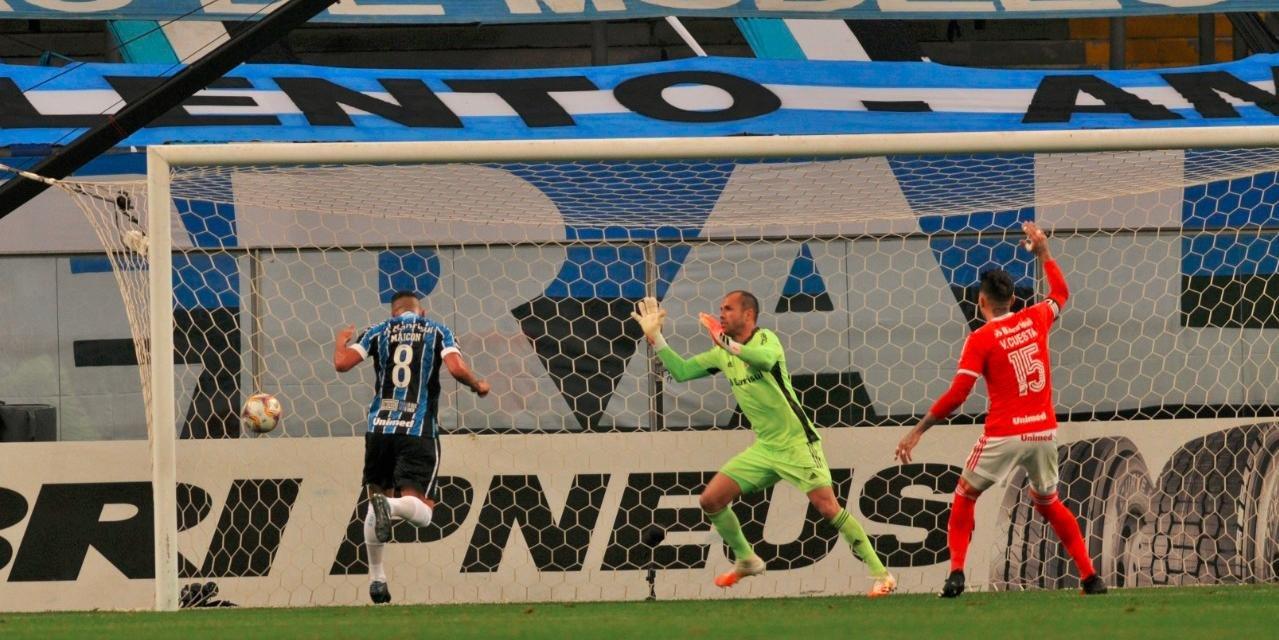 Maicon marcou de cabeça o primeiro gol na vitória por 2 a 0