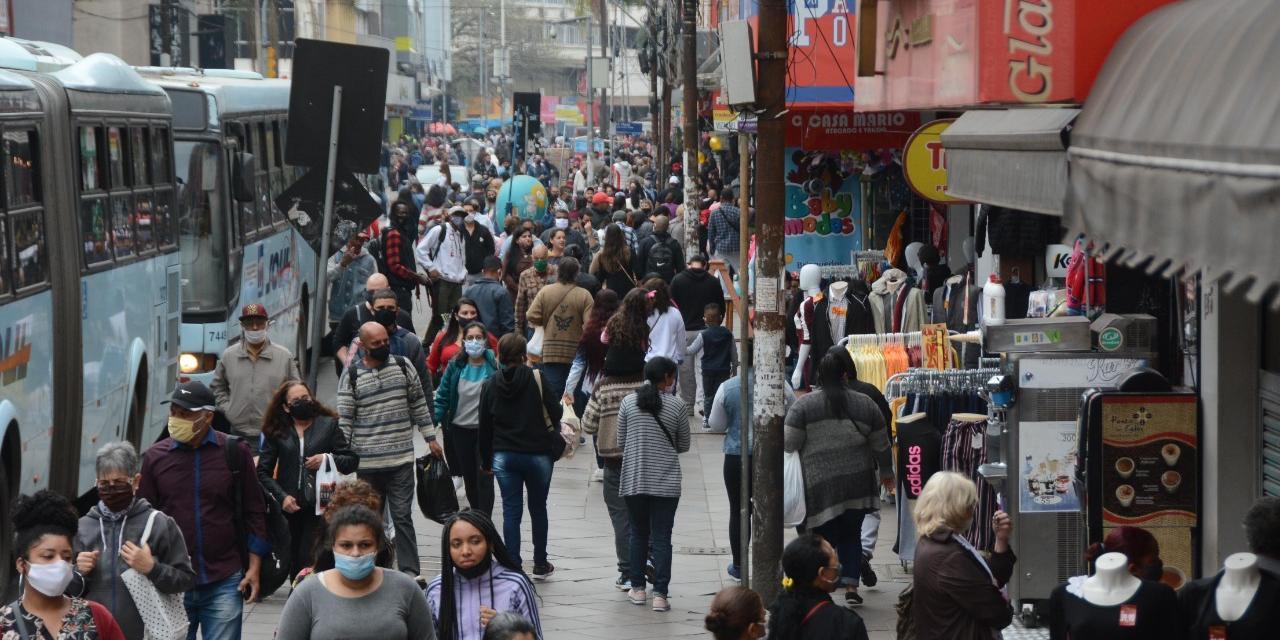 Movimento no comércio no Centro de Porto Alegre para o Dia dos Pais