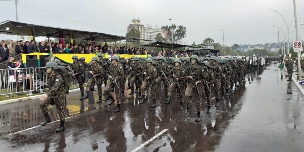 No ano passado, mesmo com chuva, o desfile reuniu milhares de expectadores em Porto Alegre
