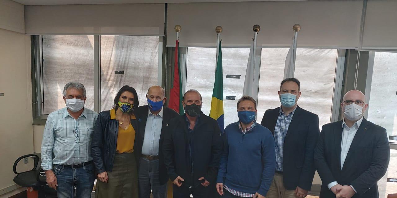 Ministro da Cidadania, Onyx Lorenzoni, junto com os vereadores do Dem e lideranças
