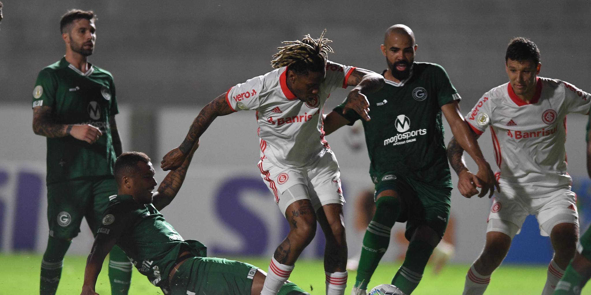 Inter de Abel Hernández teve muitas dificuldades ofensivas diante do Goiás, mesmo com um jogador a mais