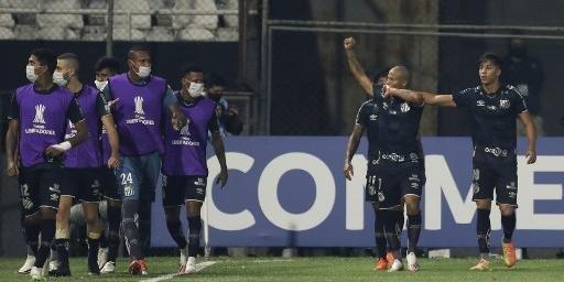 Santos contou com boa atuação de Sánchez para ir às oitavas da Libertadores