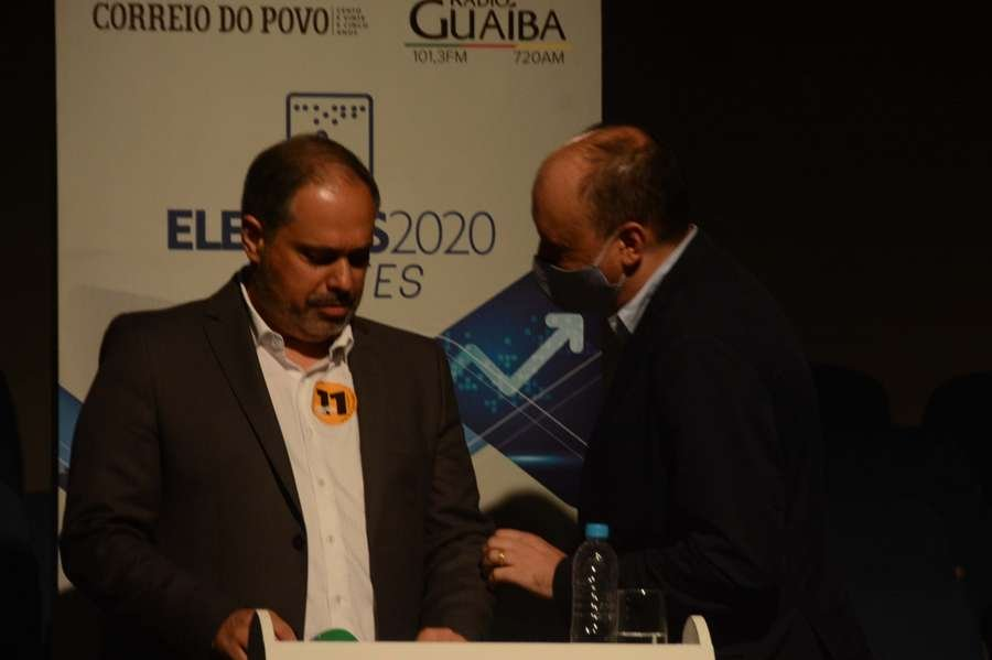 Gustavo Paim e o assessor Cleber Benvegnú, no intervalo