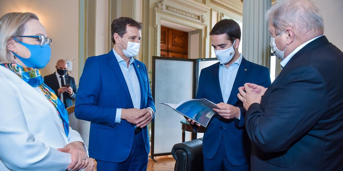 O presidente da Assembleia Legislativa, Ernani Polo, e o presidente da Cotrijal, Nei Manica, entregaram juntos o documento ao governador Eduardo Leite e à secretária da Saúde Arita Bergmann