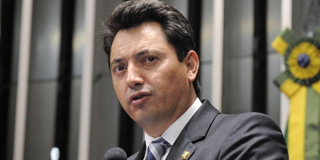 Souza é advogado e já foi senador pelo Paraná de 2011 a 2014