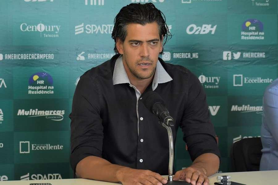 """Paulo Bracks não se considera um """"contratador de jogadores"""" e considera importante """"dar segurança, suavidade e tranquilidade"""" ao grupo"""