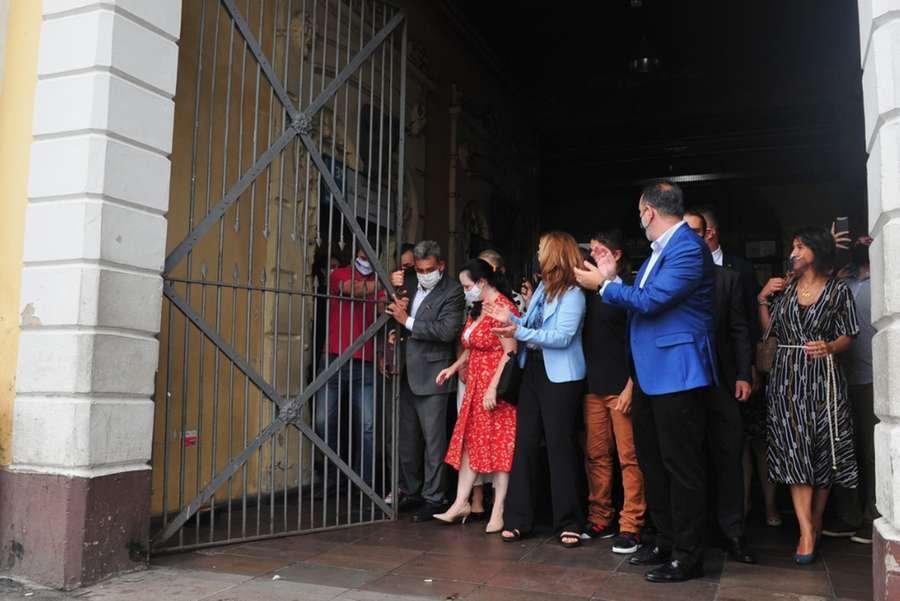 Prefeito Sebastião Melo, representantes dos comerciantes do Mercado Público de Porto Alegre e políticos fizeram uma abertura simbólica do Mercado Público - Foto: Alina Souza