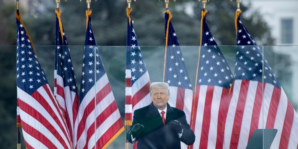 Deputados democratas circulam resolução pelo impeachment de Trump