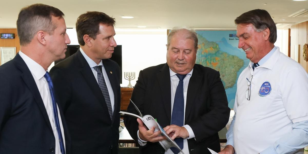 Jair Bolsonaro e Nei Manica durante entrega do convite, em Brasília