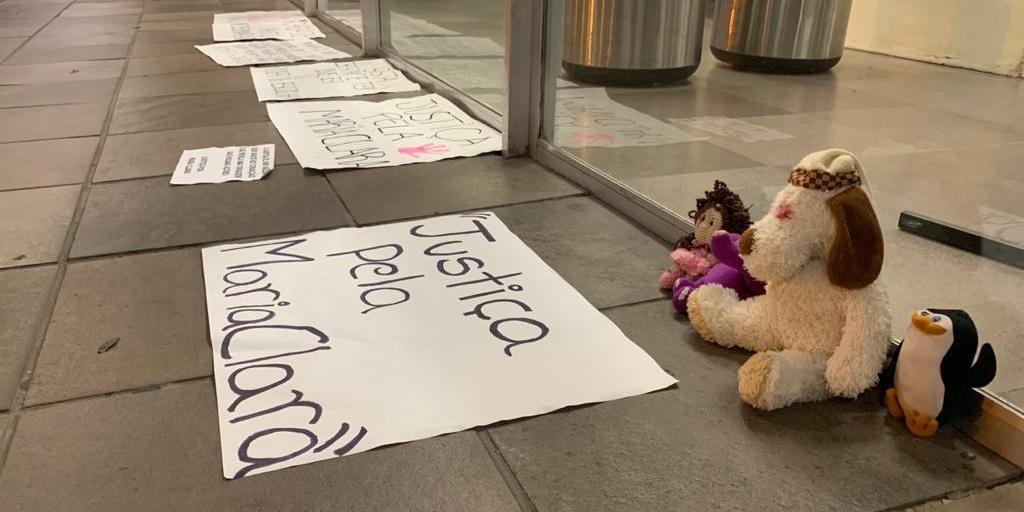 Familiares deixaram cartazes em uma das entradas do Hospital de Clínicas.