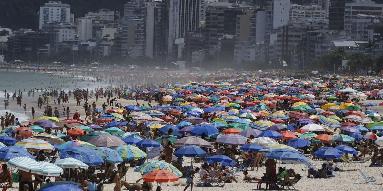 Apesar de nova variante do vírus em circulação, maior parte do Brasil continua com vida normal