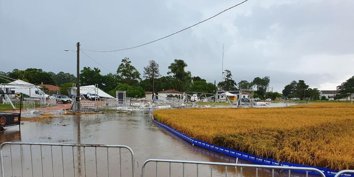 Parte das instalações preparadas para o evento foi derrubada pelo vento
