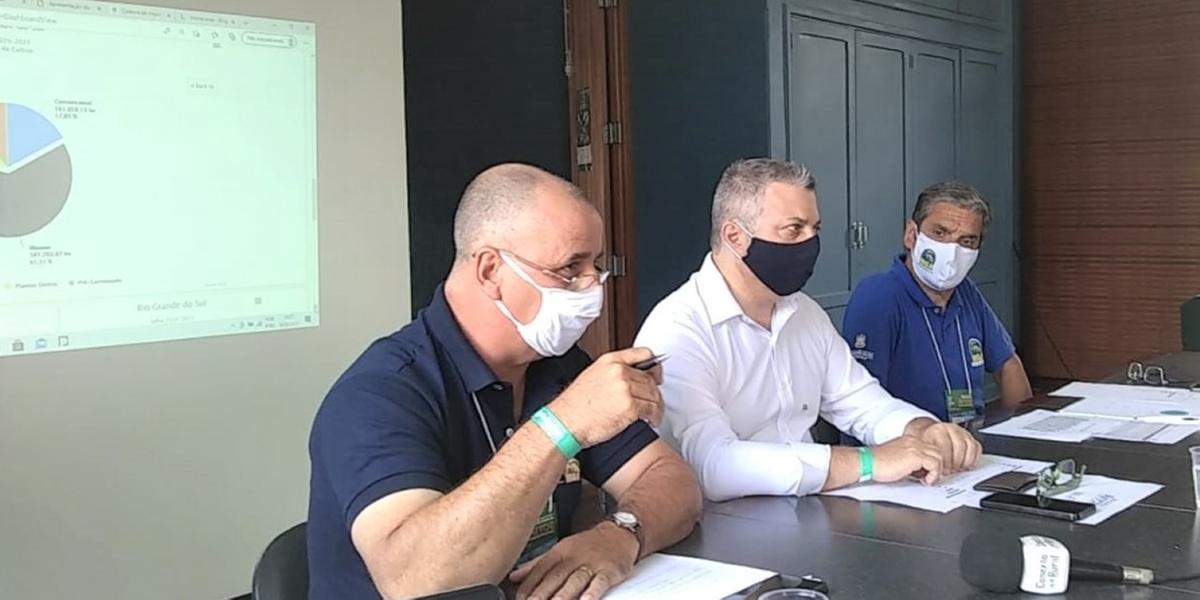 Gomes (à esquerda), Bonetti (centro) e Kroeff durante apresentação dos dadosAS