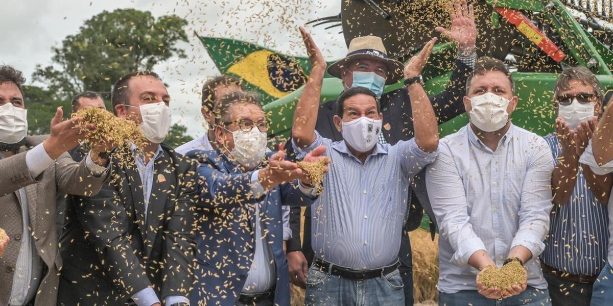 Mourão, ao centro, afirmou em seu discurso que o Brasil é