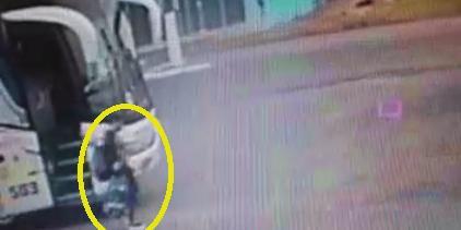 Imagens de câmera de monitoramento mostram a mãe da criança descendo em Dezesseis de Novembro