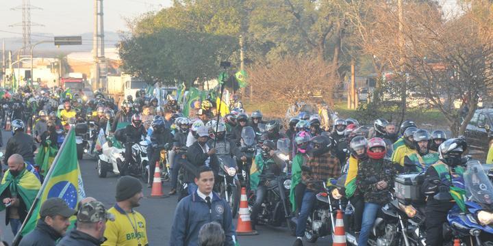 Apoiadores de Bolsonaro se reúnem para motociata em Porto Alegre