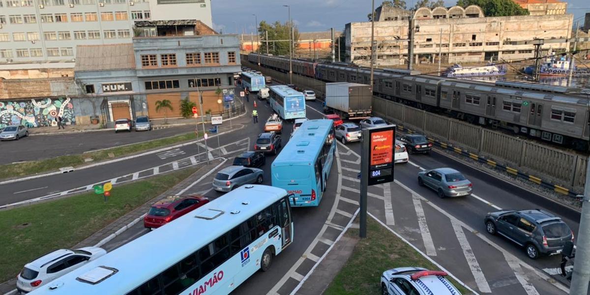 Operação tartaruga de motoristas de empresas de transporte da região metropolitana gerou congestionamentos em Porto Alegre