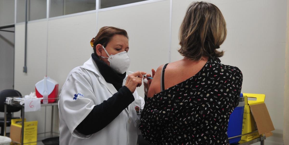 Trabalhadores de Porto Alegre que vão atuar na Expointer são vacinados no Centro de Saúde IAPI