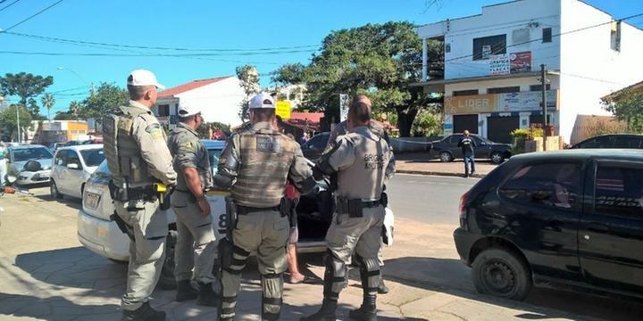 f6926af99c7 Sargento da reserva mata assaltante e leva quatro tiros em joalheria em  Belém Novo