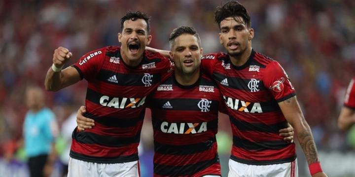 2ff853cce4 Flamengo vence o Vitória por 1 a 0 e segue na cola do São Paulo